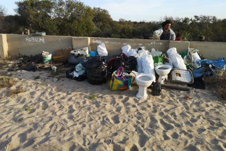 SurfaWhile Beach Clean Up Caparica rubbish